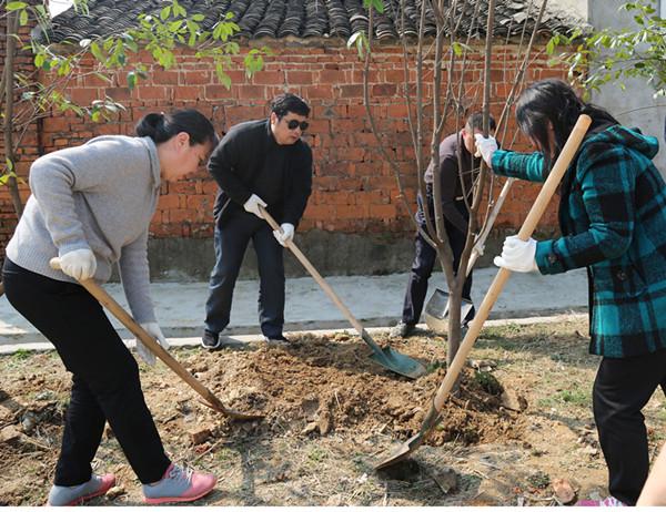 植树现场图片 近年来每到植树节前后,省文联都要组织干部职工来陈河